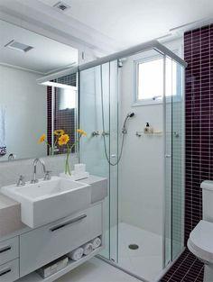 cuba de semi-encaixe, armário sob a bancada, um banheiro bem iluminado