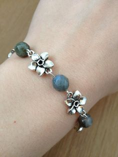 Silvercoloured bracelet with labradorite beads and silver coloured flower connectors