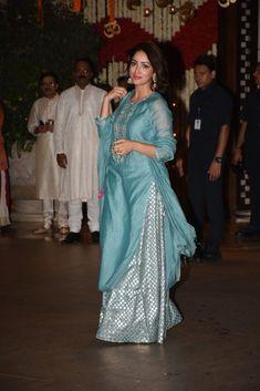 Shah Rukh, Salman And Aamir Make A Rare Appearance Together At The Ambani& Ganesh Chaturthi Party! Salwar Designs, Kurti Designs Party Wear, Blouse Designs, Dress Designs, Pakistani Dresses, Indian Dresses, Indian Outfits, Indian Attire, Indian Wear