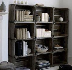 boekenkast van veilingkisten woonkamer