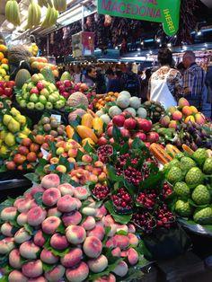 Un mundo de color en la variedad de Frutas Nacionales y Tropicales... Mercado de Valencia, España..