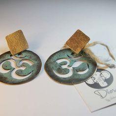 Aros de om, trabajados a mano, en cobre patinado con bronce y plata de 950. www.victorialonso.com