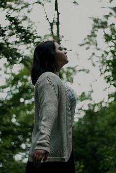 Idee/Inspiration für ein düsteres Portrait einer Frau im Wald. Frauenportrait - Fotoshooting - Shooting - Portraitfotografie - natürlich - authentisch - atmen - Tumblr - draußen - melancholisch vanessasblickwinkel.de