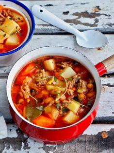 Kun haluaa hyvää, helppoa ja vaihtelua arkiruokaan, kannattaa tehdä jauhelihakeitto karitsasta. Meidän perheessä jauhelihakeitto karitsasta maistuu yleensä koko perheelle ja valmistankin useimmiten isomman kattilallisen, jotta siitä saa seuraavankin päivän ruoan. Maku ei kärsi jääkaapissa yhtään, melkeinpä paranee vain. Chili, Curry, Soup, Ethnic Recipes, Curries, Chile, Soups, Chilis