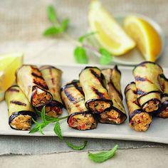 Die kleinen raffiniert gefüllten Auberginenröllchen sind perfekt für ein sommerliches Büffet. Die Röllchen schmecken warm und kalt.