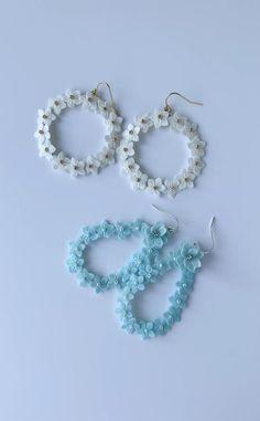 Diy Clay Earrings, Clay Jewelry, Clay Flowers, Hacks Diy, Shakira, Flower Making, Designer Earrings, Diy And Crafts, Handmade Jewelry