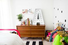 Wouldn't your child light up at the sight of a marquee letter in his or her first initial? We love this bright idea for #DIY room decor.