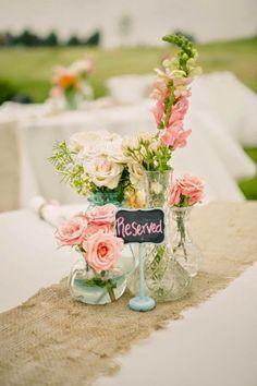 Cuando estamos preparando la decoración de la boda uno de los detalles que debemos tener en cuenta, son los centros de mesa. Los centros de mesa son importantes porque vestirán las mesas de nuestro banquete, decorándolas y dándoles estilo. Es lógico que en una boda vintage debamos apostar por...