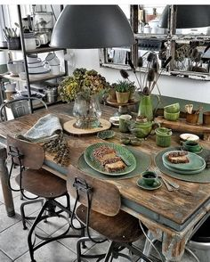 Dining table inspiration - natural wood, green table setting, flowers and blooms Interior Design Kitchen, Interior Design Living Room, Living Room Decor, Kitchen Decor, Interior Livingroom, Küchen Design, House Design, Design Room, Sweet Home