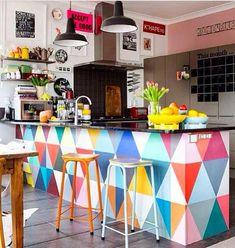 Padrão geométrico e colorido na bancada da cozinha. #AMEI