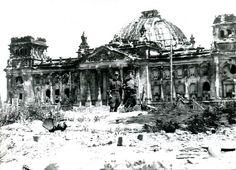 1945, Allemagne, Berlin, 2 officiers Russes devant le Reichstag