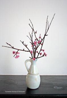 Vier de lente met een bloesemtak in een vaasje. Lees meer over Japanse bloesemfeesten op http://tuinatelierhermanvermeulen.blogspot.nl/2015/03/bloesemfeest-peach-blossom-prunus.html