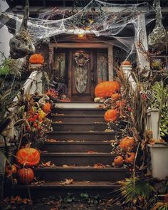 You want a Halloween decoration for your entrance that looks spooky but classy at the same time? Place some pumpkins to your stairs or in front of your door, get some fake spider webs and get creative! Halloween Veranda, Fröhliches Halloween, Halloween Home Decor, Outdoor Halloween, Diy Halloween Decorations, Holidays Halloween, Vintage Halloween, Halloween Costumes, Samhain Decorations