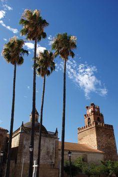 Iglesia de San Pedro de Aceuchal en Tierra de Barros (Badajoz) Merida, Spain And Portugal, Spain Travel, Cathedrals, Monument Valley, Spanish, Places, Nature, Naturaleza