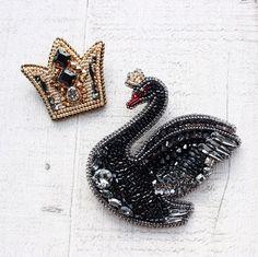 Чёрный лебедь и корона Шикарное парное сочетание! На светлом пальто будет смотреться очень-очень изысканно