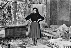 Edith Bouvier (first cousin of Jackie Onassis) Beale at her home 'Grey Gardens' on January 1972 in New York, United States. Edie Bouvier Beale, Edie Beale, Grey Gardens House, Gray Gardens, Autumn Garden, Garden S, Spooky Scary, East Hampton, Jackie Kennedy