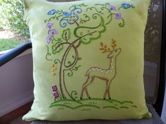 Woodland Deer Hand-Embroidered Cushion par MelysHandEmbroidery