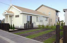 枕木と芝生の駐車場