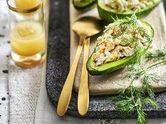 Avocado gevuld met krabcocktail - Libelle Lekker Avocado en krab zijn een feestelijk én gezond duo! Avocado, Zucchini, Brunch, Vegetables, Food, Lawyer, Essen, Vegetable Recipes, Meals