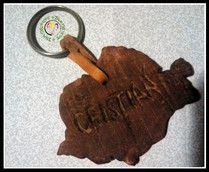 Llavero en madera de chopo, tallado a mano con forma de Rumanía
