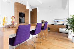 Fioletowe krzesła tapicerowane w minimalistycznej jadalni