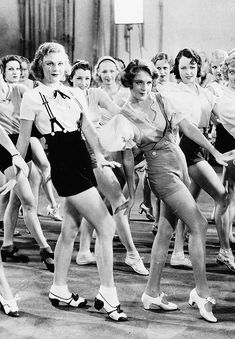 Ginger Rogers and Ruby Keeler - 1933 - Street - Costumes by Orry-Kelly, short à bretelles Golden Age Of Hollywood, Classic Hollywood, Old Hollywood, Shall We Dance, Lets Dance, 42nd Street Musical, Bailar Swing, Orry Kelly, Fred And Ginger