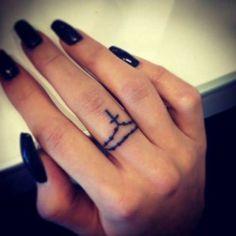 Kreuz Tattoo am Mittelfinger