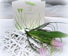 """Edle Hochzeitseinladung in grün. Romantisch verschlungene Linien mit 2 Herzen und dem Schild """"Wir sagen Ja"""""""