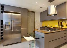 A cozinha idealizada pela arquiteta é moderna e planejada para otimizar todos os espaços possíveis. Mais do que apenas um local de preparo dos alimentos, a cozinha é um espaço de celebração entre a família e no qual o chef de cousine é o marido que que se dedica a gastronomia como hobby. Esta cozinha foi planejada para um casal que gosta de praticidade mas aprecia a decoração. A cozinha de 15m com área de serviço esta localizado em um apartamento da Barra da Tijuca. O objetivo foi…