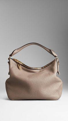 Bolso hobo pequeño en cuero granulado de Burberry | Burberry