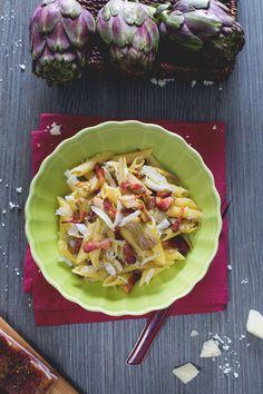 Penne #carciofi e #pancetta: un primo piatto invernale ricco e sostanzioso con la leggera nota amara dei carciofi e la croccantezza della pancetta! #Giallozafferano #recipe #ricetta #pasta