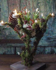先日の1day 「artisan lessonアルティザンレッスン」 アイアンワイヤーと苔で作る【ノエルの燭台オブジェ】 デザインを決め、簡単な作り方を考え土合、パーツ作りまで全てのキットを用意するのが一苦労、でも楽しい! 中央の花は自由に挿し替え可能なデザインにしました。 今回は白の球根ムスカリと紫陽花、バラの実でノエルの雰囲気に。 普段デモンストレーションや撮影の作品作りは基本、ハンドメイドか既製品リメイクです。 その秘密の技のスペシャルレッスンなのです。 #laurentborniche #ローランボーニッシュ #laurentbbouquetier #ローランべーブーケティエ #fleurs #flowers #artisanfleuristeparisien #花のある暮らし #flowerlesson #フラワーレッスン #noël #bougies