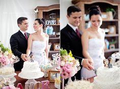 Mini Wedding Cheio de Amor da Camila & Gustavo - Lindos cortando o Bolo