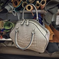 "543 Me gusta, 18 comentarios - Peter Nitz (@atelierpeternitz) en Instagram: ""Flipped, hammered and ready for a shoulder strap; tomorrow's task. #pndawningbag #pnzh"""