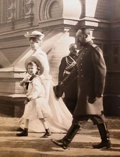 The last Imperial couple of Russia Tsar Nicholas II. and Tsarina Alexandra Fyodorovna with their eldest child Grand Duchess Olga. Imperial couple with Olga Tsar Nicolas, Tsar Nicholas Ii, La Familia Romanov, Anastasia, Czar Nicolau Ii, Catalina La Grande, Grand Duchess Olga, House Of Romanov, Alexandra Feodorovna