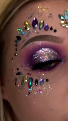 Sparkly Makeup, Glitter Makeup, Pretty Makeup, Halloween Makeup Glitter, Glitter Hair, Eye Makeup Art, Skin Makeup, Glitter Carnaval, Helloween Make Up
