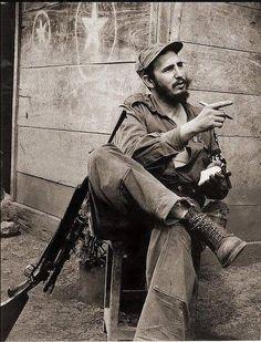 He exudes the revolutionary in this pic. Fidel Castro, Rare Photos, Old Photos, Famous Photos, Cuban Leader, Pablo Emilio Escobar, Our Man In Havana, Viva Cuba, Ernesto Che