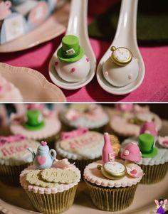 "Tema ""Alice no País das Maravilhas"" para festa de 15 anos - Debutante Mini Cupcakes, Party, Desserts, Food, Quince Decorations, Party Printables, Quinceanera, Sweets, Tailgate Desserts"