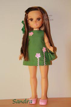 Es simple pero cuco, asi veo yo este vestido minifaldero, que luce una de mis Nancys News.           Las flores le dan un toque, para romper...