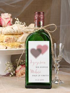 Pamiętacie może jak pisaliśmy o obciachowych etykietach na wódkę weselną? Dziś pora na pozytywne przykłady. Zawieszki na alkohol albo naklejki mogą być wspaniałą ozdobą każdego wesela i dobrze wpisywać się w motywem przewodni uroczystości. Cała sztuka polega na tym, żeby dobrać je właściwie. Zobaczcie, jakie ciekawe propozycje dla Was mamy! 1. Z wierszykiem O ile…