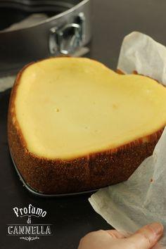 Era un'infinità di tempo che avevo intenzione di preparare la New York Cheesecake. Di torte al formaggio fredde, infatti, ne ho fatte sempre molte, sia dolci che salate. Ma ancora non avevo avuto l'occasione di cimentarmi con la golosissima versione cotta al forno, comunque nella mia lista delle cose da fare. E come sempre accadeRead more