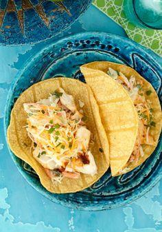Tacos de pescado a la baja- Pescado envuelto con ensalada de repollo en una tortilla de maíz es genial! Y esta receta está lista para tu mesa en solo 20 minutos.