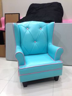 A Candy Blue/Pink Mini Samantha. Reminds you of M? Never know sofa can be so candylicious!