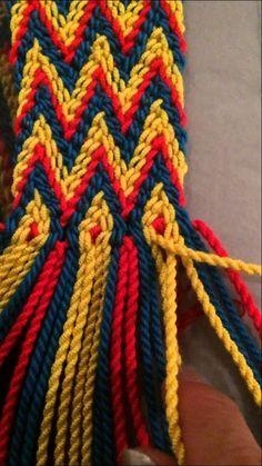 This Pin was discovered by Car Tapestry Crochet Patterns, Crochet Stitches, Knit Crochet, Finger Weaving, Mochila Crochet, Tapestry Bag, Boho Bags, Crochet Purses, Crochet Videos