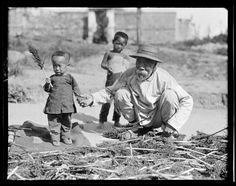 Old Man and children. China, Beidaihe, 1917-1919. (Photo by Sidney David Gamble)