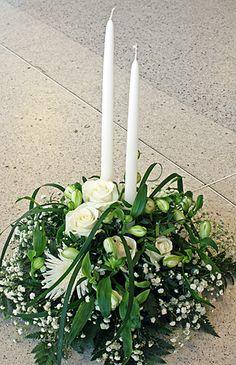 Sorgdekoration i vitt med ljus http://holmsundsblommor.blogspot.se/2012/02/vitt-till-begravning.html. Nr 1L