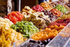 歴史のはじまりは紀元前1700年頃、メソポタミアの時代にまでさかのぼるドライフルーツ。乾燥させる工程で栄養分が凝縮されるために同じ量の生フルーツの何倍も栄養価が高いのが秘密。それぞれのフルーツ特有の栄養分をうまく利用してダイエットに、デトックスに、そして栄養補給に使い方はいろいろ!お肌の改善のお助けにもなっちゃうんですよ☆
