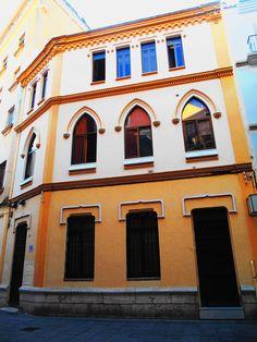 Edificio de estilo neomudéjar en centro histórico