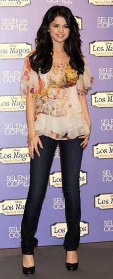 Who made Selena Gomez's shirt, black pumps, bracelet, and skinny jeans that she wore while promoting her album Kiss & Tell at Disney Channel Studios in Madrid?