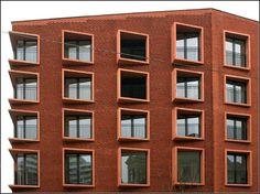 Fassadenauschnitt: Interessant der Umgang mit dem Backstein und die ungewöhnliche Gestaltung der Fensteröffnungen. 15.03.2008 (Matthias)